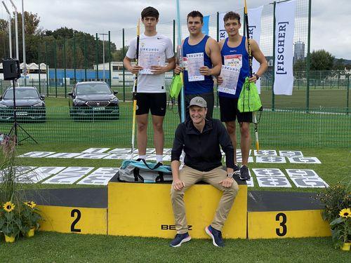 Max Dehning (Mitte) stehend und vorn Olympiasieger und Organisator Thomas Röhler  / Foto Björn Lippa